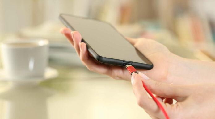 Ein Ladekabel für alle Handys, Smartphones und ähnliche Geräte soll es laut Vorschlag der EU-Kommission bald geben.
