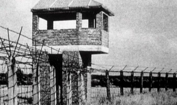 """Filmstill aus """"Nacht und Nebel"""": Wachturm im KZ Auschwitz"""