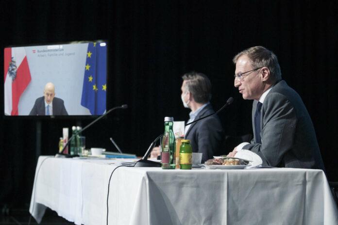 Minister Martin Kocher, Landesgeschäftsführer Wolfgang Hattmannsdorfer und LH Thomas Stelzer (von links) bei der Jahresauftakt-Klausur der OÖVP.