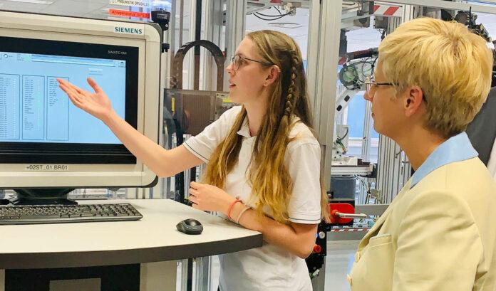 Elektrotechnik zählte 2020 in OÖ zu den beliebtesten Lehrberufen. Trotzdem gab es noch viele freie Lehrstellen, erklärte Doris Hummer (r.).