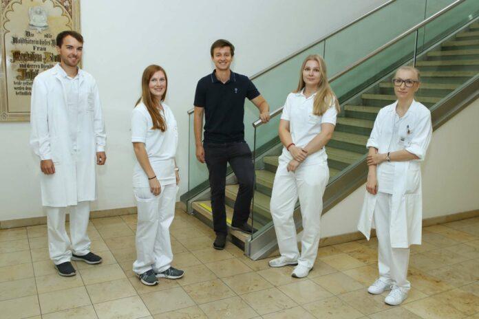 Im Oktober 2014 starteten 35 junge Menschen in Linz ihr Medzinstudium (Bild oben) nun treten sie in den Berufsalltag ein.