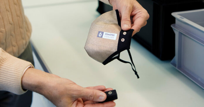 Die Maske besteht aus einem mehrlagigen Textil, Elektroden und einer kleinen Batterie.