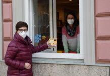 Die Stadtbibliothek Vöcklabruck bietet die Fensterausleihe wieder an: mittwochs von 9 bis 12.30 Uhr, freitags von 9 bis 12.30 Uhr und 13.30 bis 18 Uhr. Im Bild: Bürgermeisterin Elisabeth Kölblinger und Bibliotheksleiterin Birgit Schrank