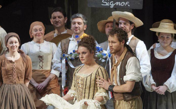 Louise Alder als Susanna und Philippe Sly als titelgebender Figaro mit dem Chor
