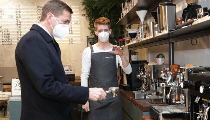 Bei seinem Bezirksbesuch in Wels und Wels-Land stattete Wirtschafts-Landesrat Markus Achleitner unter anderem der Kaffeeothek am Welser Stadtplatz einen Besuch ab und ließ sich von Inhaber Stefan Grillmair in die Kunst des Kaffeekochens einweihen.