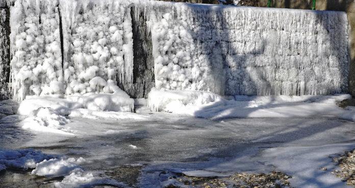 Wegen der großen Kälte hat sich Eis an der Waldzeller Ache im Innviertel gebildet.