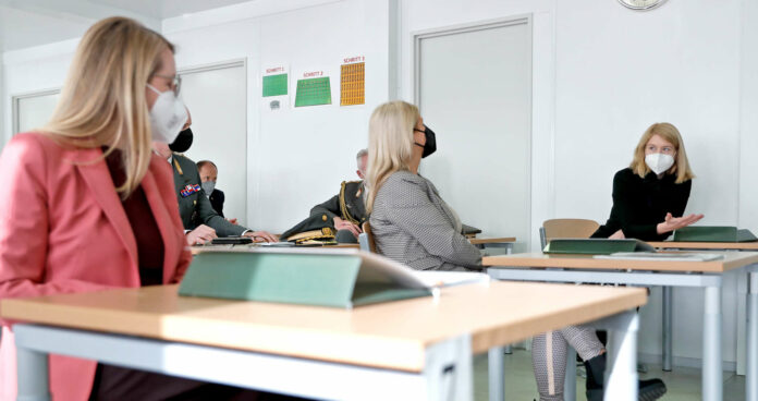 LH-Stv. Christine Haberlander (r.) mit Verteidigungsministerin Klaudia Tanner und Wirtschaftsministerin Margarete Schramböck (l.) beim Besuch der Bundesheer-Lehrlingstestungen in Wels.