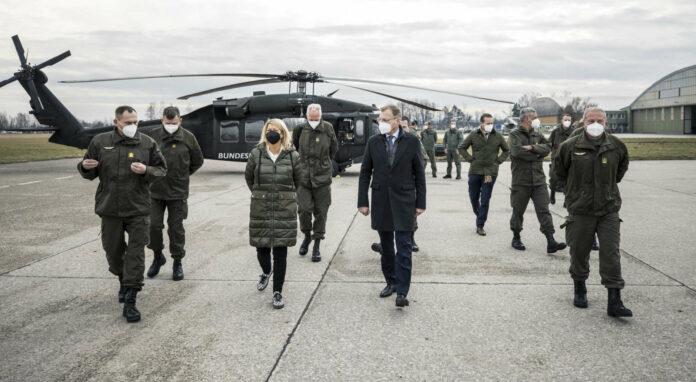 Verteidigungsministerin Klaudia Tanner und LH Thomas Stelzer mit Brigadier Wolfgang Wagner (l.) und Oberst Georg Klecatsky (r.) in Hörsching.