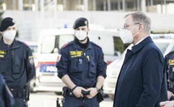 Landeshauptmann Thomas Stelzer sicherte bei seinem Besuch in der Landespolizeidirektion in Linz den Beamtinnen und Beamten die weiterhin volle Rückendeckung und Unterstützung seitens der Politik zu.