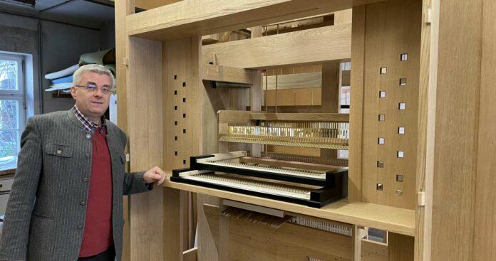 Orgelbauer Christian Kögler, den den Betrieb in St. Florian seit 2003 leitet, vor der Orgel für Finnland, an der seit einem Jahr eifrig gebaut wird. Das kostbare Stück entsteht im Baukasten-Stecksystem.