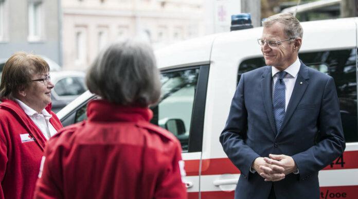 LH Stelzer im Gespräch mit Mitarbeitern im Gesundheits- und Pflegeberuf.