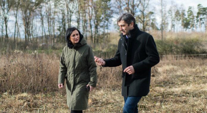 Landwirtschaftsministerin Elisabeth Köstinger im Gespräch mit Waldbesitzer Johannes Kampenhuber.