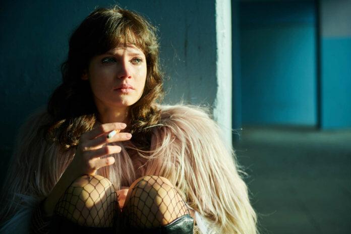 Jana McKinnon als Christiane