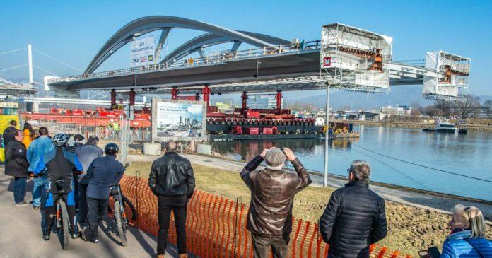 Baustellen-Attraktion: Den Transport des Stahl-Kolosses ließen sich am Montag auch zahlreiche Schaulustige nicht entgehen.