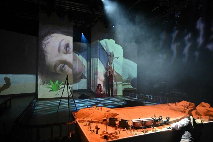 """Aus der Bühnenaction im Linzer Theater Phönix wurde ein """"Film""""."""