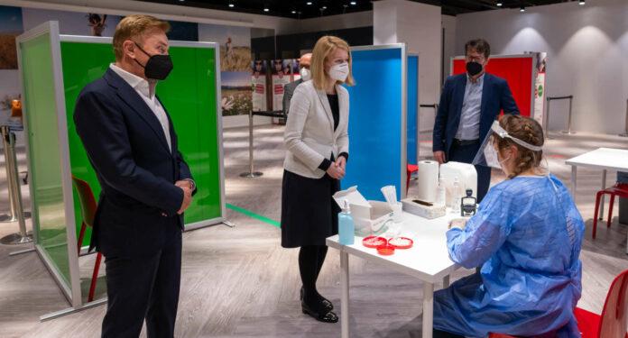 LH-Stv. Christine Haberlander mit PlusCity-Eigentümer Ernst Kirchmayr (l.) und Apotheker Christoph Lang bei der offiziellen Eröffnung der Teststraße in der PlusCity