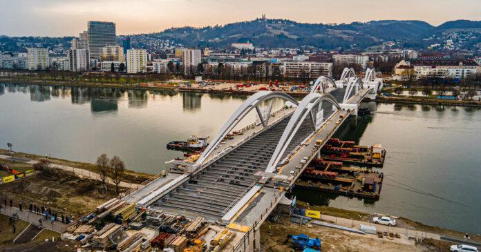Noch ist die neue Donaubrücke öffentlich nicht begeh- und befahrbar, aber das soll im Herbst der Fall sein. Mittelfristig werden auch zwei Stadtbahnlinien die Donau an dieser Stelle queren, Land und Bund haben dafür jetzt die Weichen gestellt.