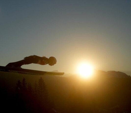 Sprung bei Sonnenuntergang in Oberstdorf: Chiara Hölzl hält den Schanzenrekord und fühlt sich auf der großen Schanze wohl — die Topfavoriten auf Edelmetall sind heute aber andere.
