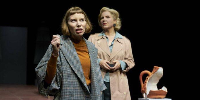 Zwei Frauen, zwei Haltungen, ein System: Theresa Palfi als Eve und Katharina Hofmann als Walter