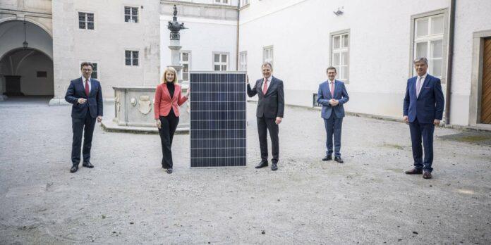 Im Sinne der Nachhaltigkeit sollen bis Herbst auf den Dächern der OÖG-Kliniken Solaranlagen angebracht werden. V. l.: Franz Harnoncourt (Gesundheitsholding), LH-Stv. Christine Haberlander, LH Thomas Stelzer, Landesrat Markus Achleitner, Energie-AG-Generaldirektor Werner Steinecker