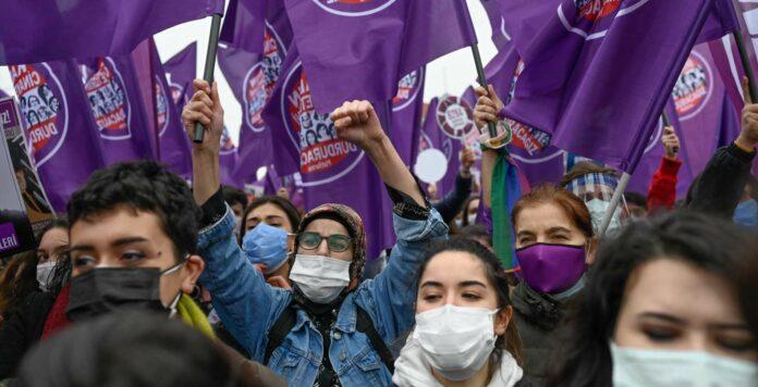 Landesweit gingen am Wochenende in der Türkei Menschen gegen den Austritt aus der Istanbul-Konvention auf die Straße und forderten die Rücknahme dieser Entscheidung.