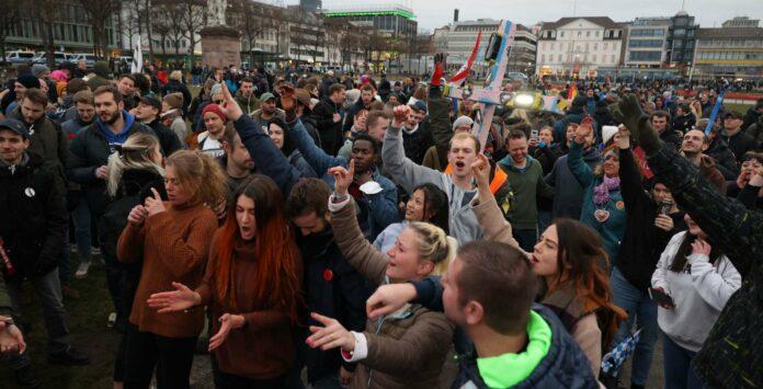 Mehr als 20.000 Teilnehmern kamen am Samstag zu einer Anti-Corona-Demo ins deutsche Kassel. Mund-Nasen-Schutz war vielfach Fehlanzeige.