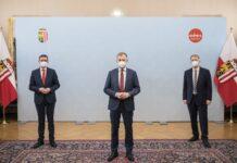 """Präsentierten den """"Oberösterreich Plan"""" (v. l.): LR Achleitner, LH Stelzer und Wirtschaftsexperte Schneider"""