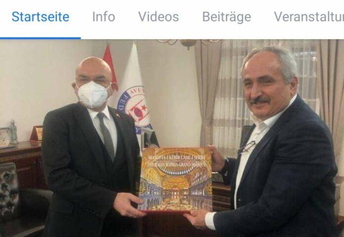"""Provokante Aktion auf Facebook dokumentiert: Botschafter Ceyhun (l.) schenkt ATF-Präsident Can in Wien das Buch """"Hagia Sophia — große Moschee""""."""