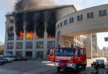 Sieben Feuerwehren bekämpften am Dienstagnachmittag den Großbrand in der ehemaligen Lederfabrik.