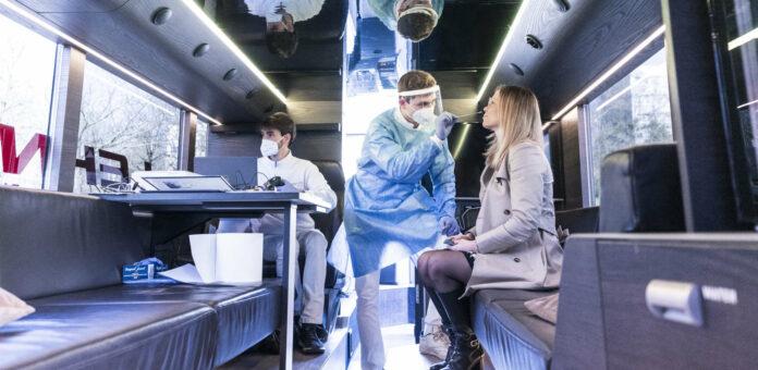 Der neue Testbus des Landes macht dort Station, wo aktuell die höchsten Neuinfektionen vorliegen. Eine Anmeldung zum Test ist dort nicht notwendig.LH Thomas Stelzer und LH-Stv. Christine Haberlander präsentierten den neuen Testbus des Landes.