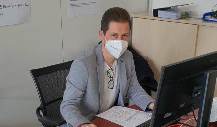 Klaus Schneider hilft als Contact Tracer des Landes mit, Corona-Positive aufzuspüren, damit das Infektionsgeschehen in Ober- österreich eingedämmt werden kann.