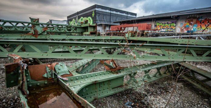 Wer rastet, der rostet: Das gilt auch für die Teile der alten Eisenbahnbrücke, die im Linzer Hafen liegen.