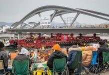 Brückenbau als Zuschauer-Spektakel: Zahlreiche Beobachter verfolgten gestern den finalen Akt beim Einschwimmen des Tragwerks. Manche hatten sich auch professionell vorbereitet.