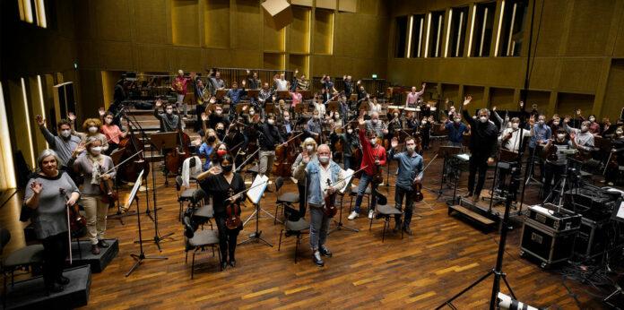 Nach der Ausstrahlung auf ORF III wird auch der Auftritt des Bruckner Orchesters on demand auf den Facebook- und YouTube-Kanälen aller teilnehmenden Orchester ausgestrahlt.