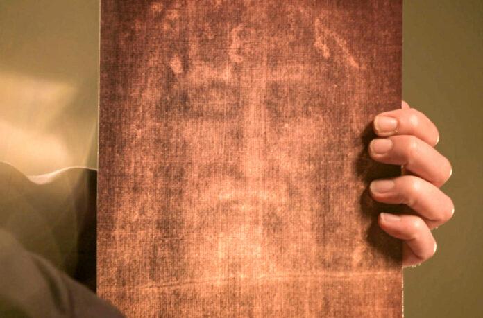 Diese Detailaufnahme des Grabtuches zeigt angeblich das Gesicht von Christus. Handelt es sich hierbei um einen authentischen Abdruck oder lediglich um ein aufgemaltes Porträt?