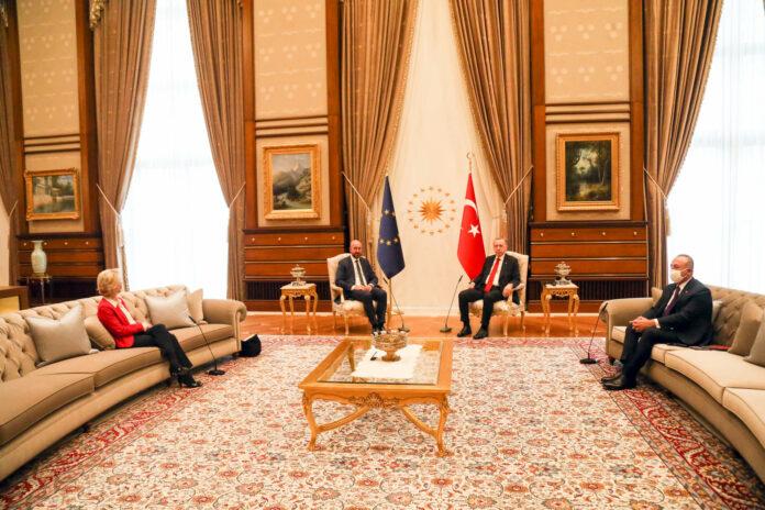 Dieses Bild war der Stein des Anstoßes. EU- Kommissionschefin von der Leyen saß bei einem Besuch beim türkischen Staatschef Erdogan auf einem Sofa, EU-Ratspräsidenten Charles Michel ( 2. v. l.). wurde ein Stuhl angeboten. Von der Leyen gegenüber saß der türkische Außenminister Mevlüt Cavusoglu.