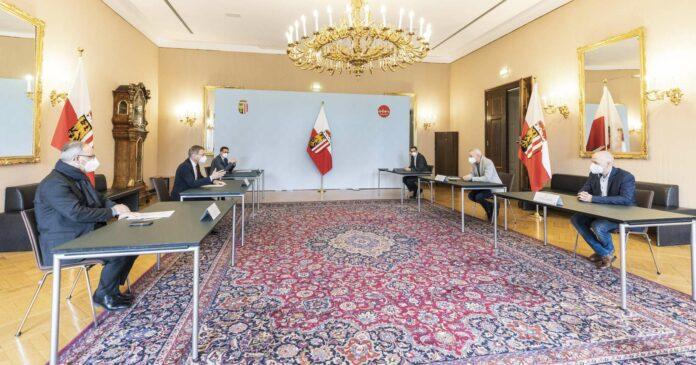Zukunftsdiskussionen (v. l.): Bürgermeister Gerald Hackl (Steyr), LH Stelzer, LR Achleitner, VBgm. Markus Vogl sowie die beiden MAN-Betriebsräte Helmut Emler und Thomas Kutsam