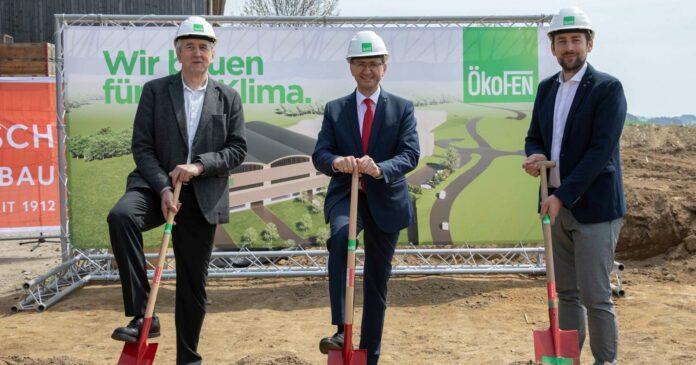 v.l.: ÖkoFEN-Gründer Herbert Ortner, Landesrat Markus Achleitner, ÖkoFEN-Geschäftsführer Stefan Ortner