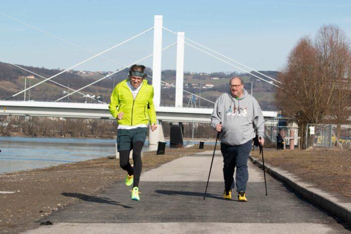 Der Blonde Engel (l.) und Kabarettist Günther Lainer (r.) sind mit tausenden weiteren Teilnehmern beim Linzer 3-Brückenlauf in sportlicher Mission unterwegs.