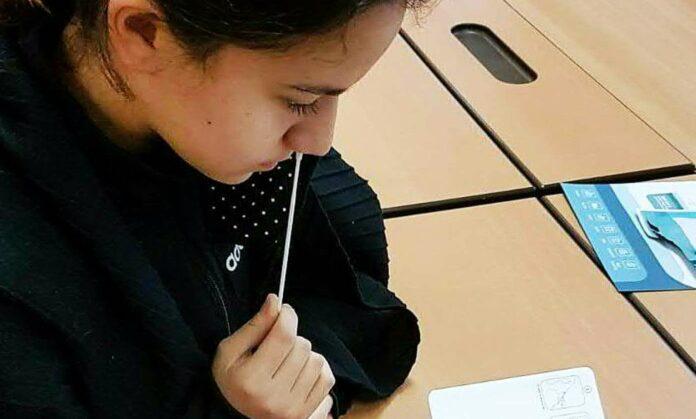 In den Schulen wird weiterhin alle zwei Tage in der Nase gebohrt — die Schnelltests sind Voraussetzung dafür, dass man am Präsenzunterricht bzw. an der Betreuung teilnehmen kann.