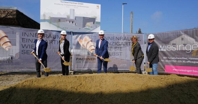 Pachner-Chef Thomas Pachner und Schwester Lisa, Markus Achleitner, Bgm. Maria Pachner und Senior-Chef Peter Pachner (v.l..)