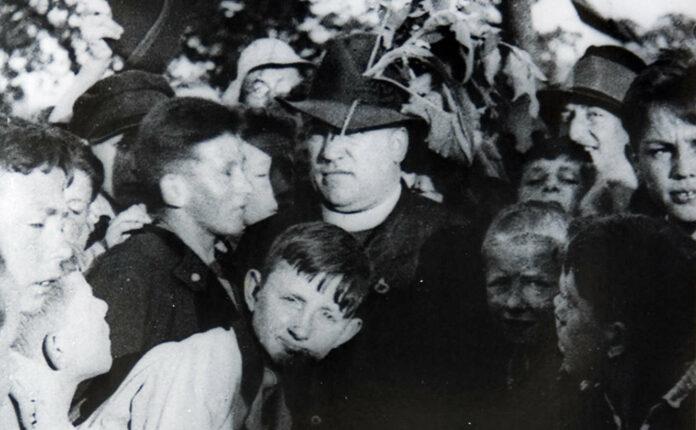 Der Pädagoge Johann Gruber mit Zöglingen des Katholischen Waisenhauses.