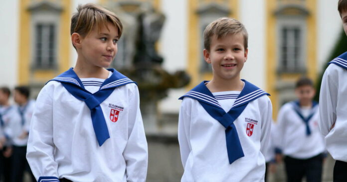 St. Florianer Sängerknaben in ihrer typischen Uniform