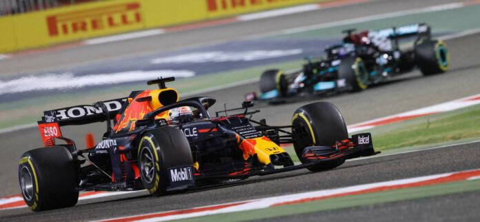 Mercedes hat zwar den Saisonauftakt in Bahrain gewonnen, weiß aber, dass es gegenüber Red Bull einen Rückstand aufzuholen gilt. Im Bild: Max Verstappen (vorne) und Lewis Hamilton.