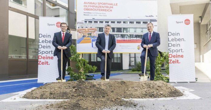 Offizieller Spatenstich durch Sport-Landesrat Markus Achleitner, Sportminister und Vizekanzler Werner Kogler sowie Landeshauptmann Thomas Stelzer (v.l.).