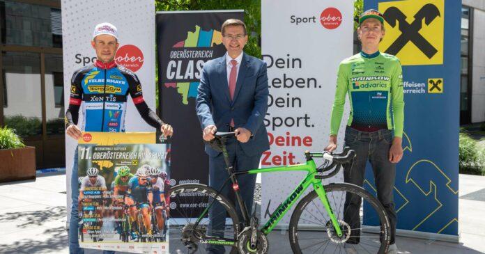 Sport-Landesrat Markus Achleitner (M.) freut sich mit den Rad-Assen Riccardo Zoidl (l.) und Daniel Eichinger auf die OÖ-Rundfahrt.