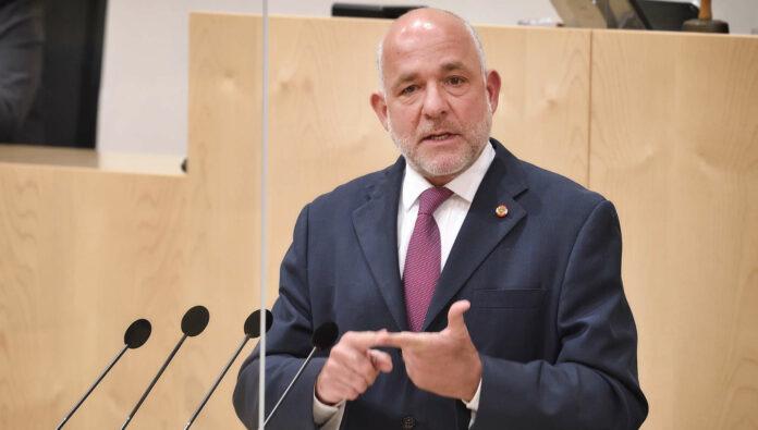 """Für ÖVP-Nationaratsabgeordneten Martin Engelberg ist die """"nationalsozialistische Wortwahl"""" des FPÖ-Klubobmanns Herbert Kickl — er sprach von """"Rollkommando-Methode"""" im Parlament — eine """"unerträgliche Provokation""""."""
