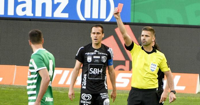 Ab der kommenden Saison werden Österreichs Schiedsrichter in der höchsten Spielklasse wie Christopher Jäger (im Bild/r.) vom Video Assistant Referee unterstützt.