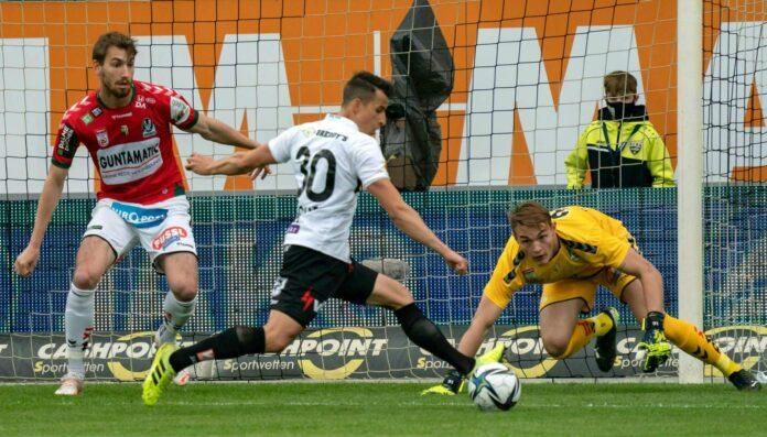 Torhüter Lukas Gütlbauer (r.) und Constantin Reiner (l.) konnten Altachs Manfred Fischer nicht am 1:0 hindern, unterm Strich stand die erste Niederlage unter Coach Andi Heraf.