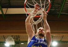 """Eine der wichtigsten Trophäen im Basketball nach einem gewonnen Finale: Enis Murati sicherte sich das Korbnetz der """"feindlichen"""" Arena. Daneben durfte der 32-Jährige auch die Auszeichnung zum MVP (Wertvollster Spieler) der Saison mit nach Hause nehmen."""